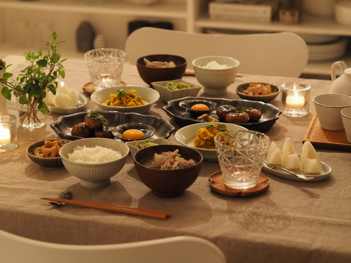 いかがだったでしょうか?今回ご紹介した食卓を秋色に変えるアイデアはどれも簡単にできるものばかり。そのほかにも、照明を落としてキャンドルで秋の夜長とお食事を楽しんだり、美味しいものが溢れる秋の食卓を楽しく美しく演出してみてくださいね。