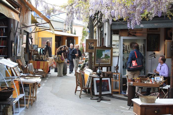パリ最大の蚤の市となるのが、クリニャンクールの蚤の市。現地では、サントオーエンの蚤の市(Marchéaux puces St-ouen)と言われることが多いです。  なんと、2500~3000のお店が軒を連ねています!数えてまわるだけでも1日では足りませんよね。