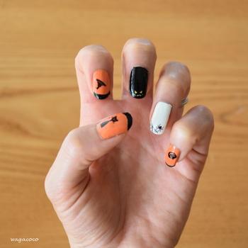 指先をハロウィン仕様にするのもおすすめです。オレンジや黒のハロウィンカラーのマニキュアを塗って、ネイルシートを貼るだけなので不器用さんでも簡単にできますよ♪