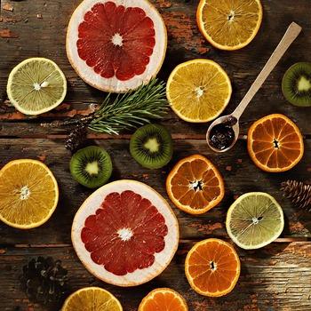 美肌にとって大切なビタミン。特にビタミンCは、シミやそばかすの原因を抑える効果が期待できます。行事が終わって帰宅したら、積極的に摂取しましょう。キウイやレモン、オレンジ、きゅうり、いちご、トマトに多く含まれています。