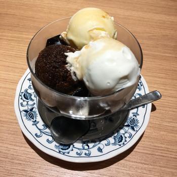 こちらの珈琲ゼリーは一度は食べて頂きたい一品。自家製のコーヒーゼリー&エスプレッソシャーベットの苦みとバニラアイス&生クリームの甘味が絶妙なコラボレーションになっています。