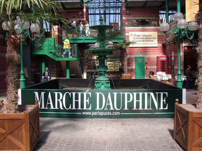 「ドフィーヌ(Dauphine)」エリアは、ショッピングモールを彷彿とする建物に、お店が密集しています。絵画やアンティーク、⾼級な⼤型の家具もあれば、古着や古本、絵はがき、ビーズなども・・・。
