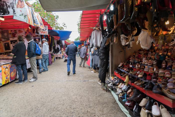 「ヴェルネゾン(Vernaison)」エリアには、⼩さなお店が所狭しと数多く並んでいます。日用品の古道具や、おもちゃ、かわいい小物など・・・若い人から年配の方まで楽しめる、昔ながらの味わいのあるお店が沢山。