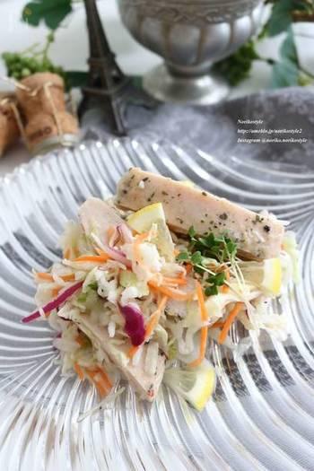 コンビニで手に入るハーブ風サラダチキンとカット野菜が、ほんのひと手間で華やかなサラダに変身♪ 味つけもとってもシンプルなので、遅く帰った日でも手軽に作れます。