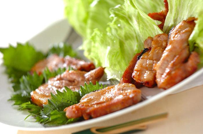 食欲をそそるニンニクの風味のミソだれがヤミツキになるおいしさ。レタスや大葉との相性もバッチリで、おかずはもちろん、おつまみにもおすすめです。