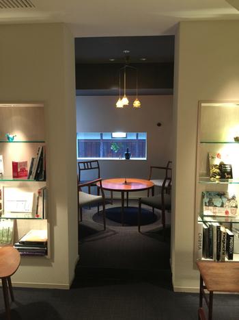 店内はゆったりとしたBGMが流れ、生け花や陶器、本が飾られたとても落ち着いていて大人な雰囲気。のんびり過ごせる一人席や友人と楽しめるテーブル席があり、どんな時でも楽しめちゃいます。