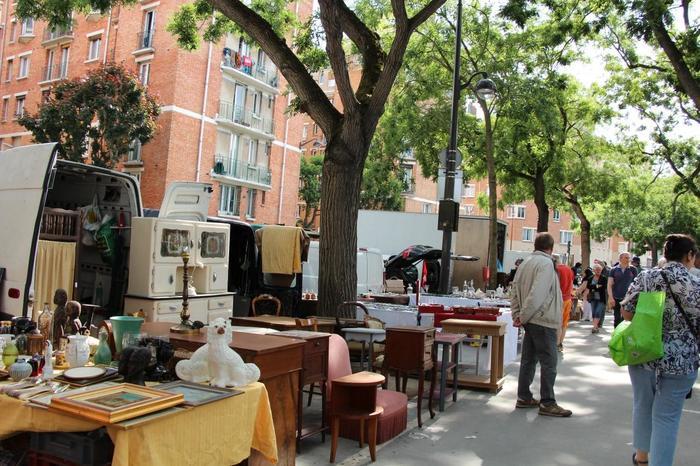 対してこちらは、パリ南側の外れのほうにある、ヴァンヴの蚤の市。ご紹介する三大蚤の市のなかで、一番規模が小さいです。