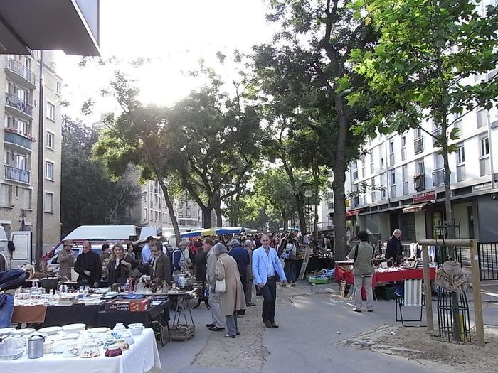 パリ中心地からアクセスがよく、クリニャンクールよりも治安がいいです。庶民的で、地元の方から愛されている蚤の市です。