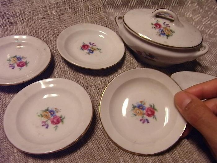 アンティークものの可愛いフランス食器も!掘り出し物がきっと見つかりますよ。