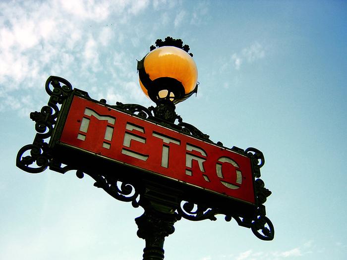 最寄り駅は、メトロ13号線の「Porte de Vanves(ポルト・ド・ヴァンヴ)」駅です。2番出口から出たらMarchéaux puces(蚤の市)の看板が見えます。その矢印の方に進むこと、徒歩3分程で到着しますよ!駅に近いのが、「ヴァンヴの蚤の市」の大きな魅力でもあります。 治安はそんなに悪くはないですが、念のためスリなどにはよく注意しましょう。華美な服装は避け、ラフなスタイルを心がけてください。