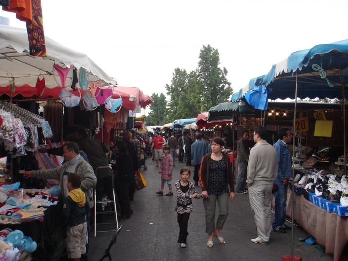 パリ東側の郊外に位置する、モントルイユの蚤の市。古着や、日用品など、パリ市民の生活に密着した品々が並ぶのが特徴的。日本のフリマに近いですね。