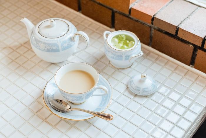 ころんと丸みを帯びた小さめのティーポットは、おかわりの紅茶が2杯弱分入るちょうど良い量。右上のシュガーポットは、キャンディーなどを入れてテーブルの脇に置いても◎。