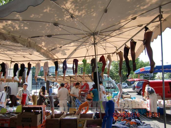 モントルイユの蚤の市では、趣味の物を探すというより、靴や古着など日常的に使える物を見つけるのがオススメ。