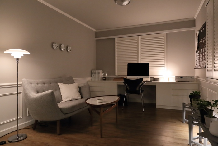 ひよりごとさんのワークスペースは、佇まいの美しい北欧インテリアが馴染むハイセンスなお部屋。 雰囲気作りに欠かせない間接照明の使い方は本当に参考になります。 「どう過ごすか?」に合った最適な明るさを演出し、心地良さを実現されています。