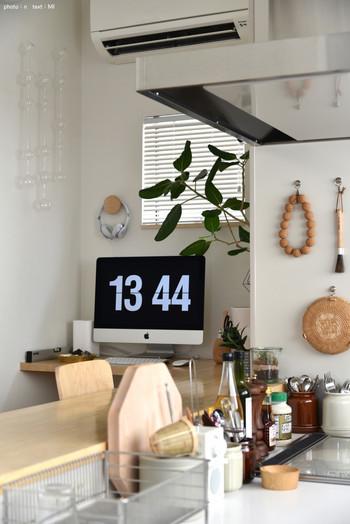 こちらのお宅ではキッチンの奥にワークスペースを設置。家族みんなで共有されており、キッチンカウンターの延長線上にあり、作業しつつ家族ともコミュニケーションがとれて◎