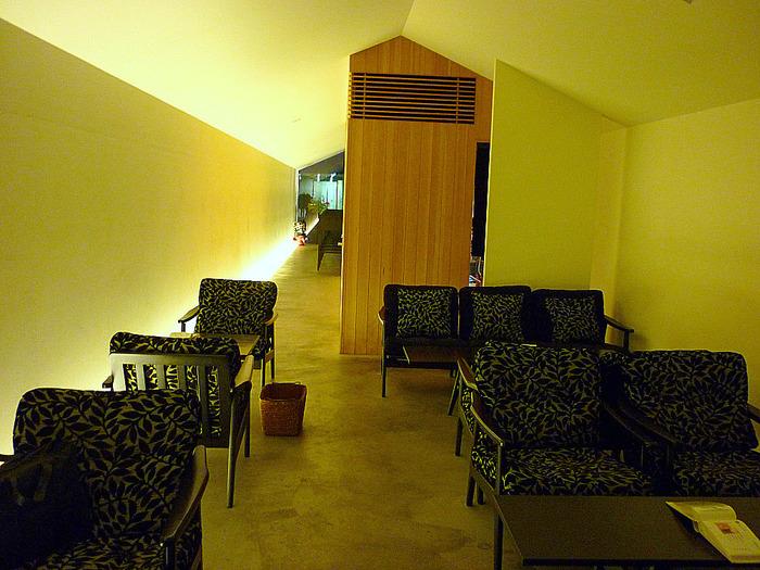 店内は京都らしい「鰻の寝床」。この細長い造りを活かし、筒を横にしたようなトンネル状の面白い建物そのものがカフェ空間になっています。程良い距離間が居心地の良さの秘密。