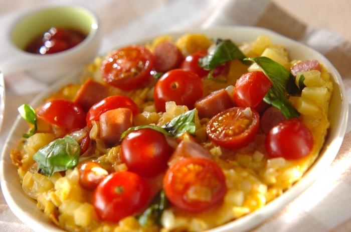 ゴロゴロ野菜とソーセージで食べごたえたっぷりのオープンオムレツ。包まないので不器用さんでも簡単に作れます。