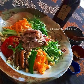 「豚しゃぶ」サラダうどんには、ゴマだれドレッシングだけをかけても美味しいですが、このように、めんつゆに、ゴマだれドレッシングをプラスするのもまた、タレの人気レシピ◎ 混ぜれば、コクうまなたれができあがりますよ♪  冷しゃぶドレッシングとしても活用でき、野菜もたくさん食べれる味わいです。