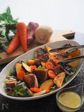 秋野菜をふんだんに使ったサラダです。パリッと焼いたハーブチキンは冷めても美味しく、前日に作り置きしておけば、朝は混ぜて盛り付けるだけ!