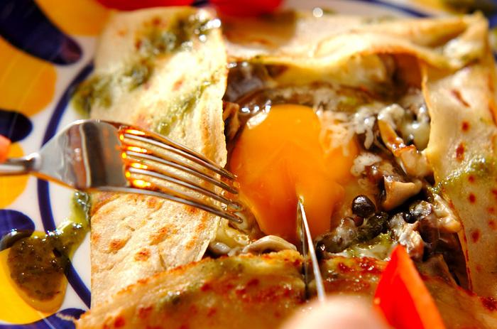 数種類のキノコをたっぷり使い、秋の味覚を堪能できるひと皿です。チーズと卵を絡めながらおしゃれに召しあがれ。