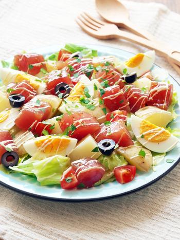 づけマグロとジャガイモを主役にしたご馳走サラダ。彩りも美しく、朝から食欲がそそられます。