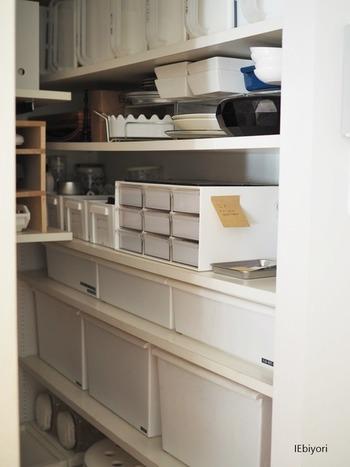 専用部屋が用意できなくても、工夫されているお家がありました。それがこちら、パントリーの隅に小さなメモ帳や電話、ペン立てを置けるほどのスペースをワークスペースとして確保されています。 好みの文具を置いて、主に電話でのやり取りをメモする場所として大切にされているそうです。