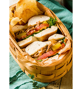 甘辛く炒めた豚肉に、野菜、チーズ、パイナップルをサンド。ベーグルは噛み応えがあるので、満腹中枢が刺激されて満足感が得られやすくなります。