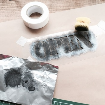 たとえば、こちらはアクリル絵の具とスポンジの組み合わせでポンポン転写したもの。
