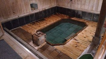 「沢渡温泉 まるほん旅館」では、湧き出たばかりの温泉がそのまま湯船に注がれ、源泉かけ流しの温泉を堪能できます。体にじんわりと染み入る温泉は、さまざまな効能が得られ、日ごろの疲れも吹き飛びそうです。