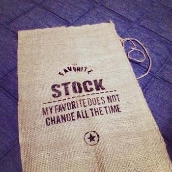 シンプルなジュート布も男前感はありますが、ここに黒インクでステンシル転写することでさらに雰囲気がアップ。  コーヒー豆の収納や、生活感ある雑貨の収納などにも役立ちますね。
