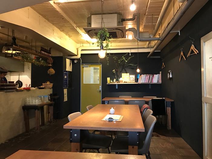建物の横にある階段から二階へ上がり、オシャレな内装の店内へ。アーティストやクリエーターが集まるビルとのことで、アート系の本が並んでいたり、店内の所々にある観葉植物や裸電球のぬくもりが空間を包み込んでくれたりと、こだわりの空間が広がっています。