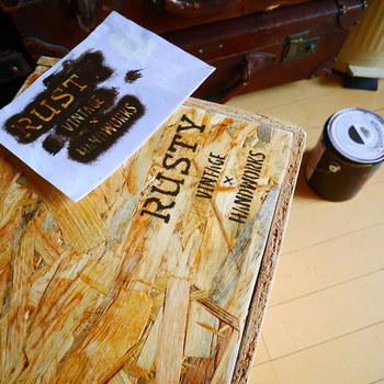 木箱とステンシルの組み合わせもヴィンテージ感が強く感じられますよね。  100均で手に入るウッドボックスに転写してオリジナルボックスを作るのも良さそうです。