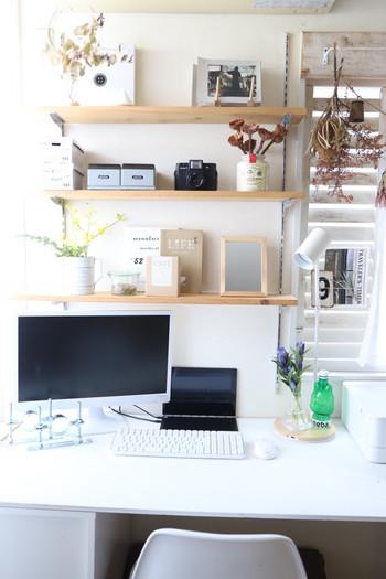 パソコンワークもできるよう、片側はデスクに。作業場とは思えないほどナチュラルで心地良い雑貨に囲まれ、ゆっくりした時間も楽しめそうな空間ですね。