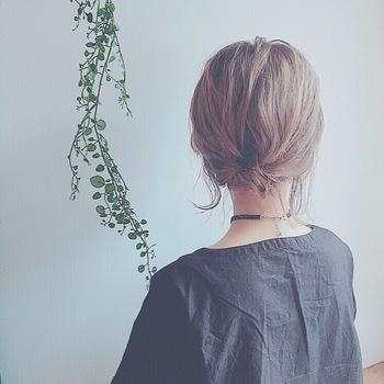 結べる長さのショートボブは、襟足をすっきりさせたまとめ髪はいかがでしょうか?一つ結びを一度くるりんぱして、毛先を根元に入れ込みヘアピンで固定するだけで、上品さときちんと感がアップします。
