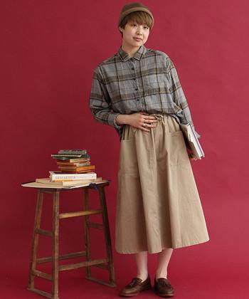 メンズライクなチェックシャツは、落ち着きのあるトーンでまとめて秋らしく。スカートを合わせれば女性らしさもアップします。