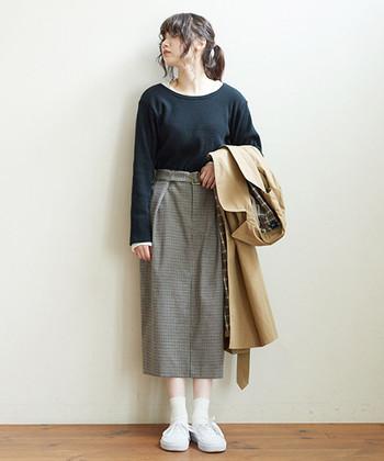 チェックのタイトスカートは、今年要注目のトレンドアイテムです。スニーカーを合わせてもエレガントな雰囲気が漂うレディライクさが魅力です。