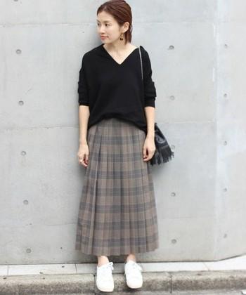 優等生スタイルが作れちゃうチェックのプリーツスカート。ロング丈にすれば野暮ったくならず、大人っぽい雰囲気のコーデになりますよ。