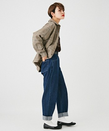 チェックのシャツをジャケット風にデニムパンツで合わせて、ちょっぴりレトロ感のあるスタイルに。ボーイズアイテムでも足元のパンプスが可愛いアクセントとして利いています。