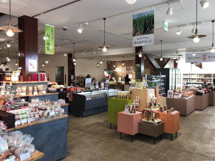 さらに、新規や改装した「道の駅」では、地域特性をエッセンスにした、都会的でスマートな建築や、清潔で洗練された商業空間、有名店の出店等も数多く見い出せるようになり、魅力の幅も広がっています。  【2017年にグランドリニューアルした「道の駅 はなぞの(埼玉県深谷市)」の農産物の加工品が並ぶ本館1階。】