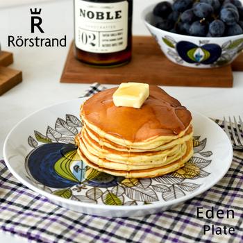 1726年にスウェーデンの王室御用達の窯として創業した陶器メーカー「Rorstrand(ロールストランド)」は、スウェーデンでは最も古く歴史あるブランドとして知られ、ノーベル賞の授賞式後の晩餐会で使用されている事でも有名です。 ヴィンテージでも大変人気のシリーズですが、復刻版は電子レンジにも対応しているので、使い勝手も抜群。 とびきり美味しいパンケーキと、素敵なプレートがあれば、何気ないおやつの時間も特別な時間に…。