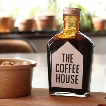 """墨田区錦糸町の一角で、美味しい珈琲と落ち着いた空間を提供する、お馴染み「すみだ珈琲」。 シンプルで可愛らしいグラスボトルに入ったコーヒーソースは、全収穫量の5%にも満たないという最高品質の豆""""スペシャルティコーヒー""""を使用し、自家焙煎により、豆ひとつひとつの特徴を最大限に引き出しているそうです。コーヒーの香りと深いコク、そして苦みもきちんと楽しめるよう、甘さ控えめな味わいに。"""