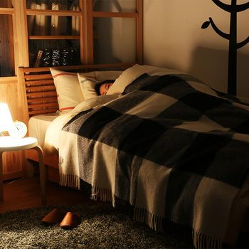 季節の演出は、つい玄間やリビングのような場所に重点を置いてしまいますが、ベッドルームもリラックスするために大切な空間です。素材や灯かりで秋らしさを取り入れて、心地よく過ごせるように工夫してみて下さいね。