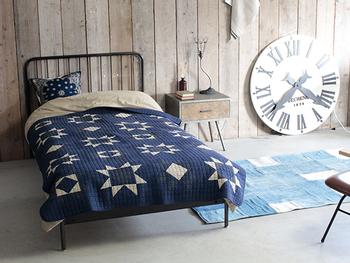 ベッドカバーをキルティングに変えるのもおすすめです。肌掛け布団代わりにもなり、パッチワークの図案の物であれば色合いが涼やかでも温もりを感じさせてくれます。