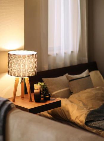 夜を過ごすベッドルームで大切なのは照明。作業をするならしっかりした光量を確保する必要がありますが、頭と心を休めるのなら柔らかく控えめの灯かりを。省エネタイプの蛍光灯などでもオレンジ味の強い「電球色」の物がありますので、手持ちのライトの色が鮮やかで明るい場合は取り替えてみるのもおすすめです。