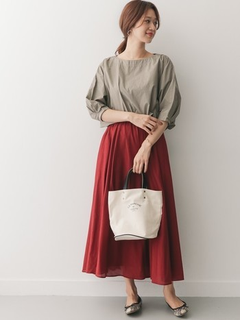 フェミニンな印象のボルドーカラ―のスカートは、ベージュの6分袖ブラウスと合わせて秋っぽい着こなしに。スカートの色を変えるだけで、半端袖のトップスも秋まで着回しできます。