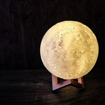 まるでミニサイズの月を部屋に飾っているような素敵なライト。リモコンで光の色を変える事もできるので気分で楽しめます。これがあれば、お部屋の中でいつでもお月見ができますね。