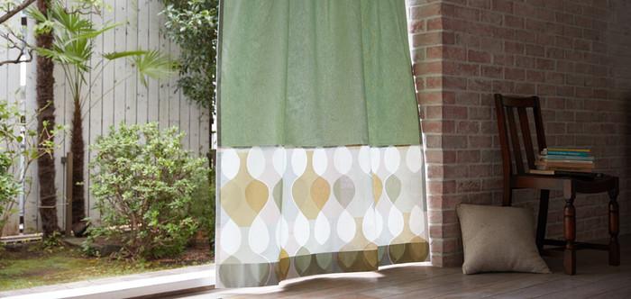 夏場は涼しげにしていた窓辺も、カーテンを変えて秋らしく落ち着いた雰囲気にしてみるのもおすすめです。無地と柄でブロック分けされたカーテンは、お部屋にほんのり温もりを与えてくれます。