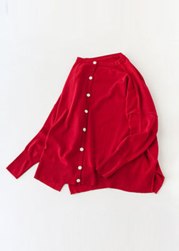 イエローベースさんには、「朱赤」や「レンガ色」など黄みがかった赤がおすすめです。華やかで温かみのある色合いは、秋冬ファッションの差し色にぴったり。いつものコーディネートに、女性らしさと華やかさをプラスしてくれますよ。