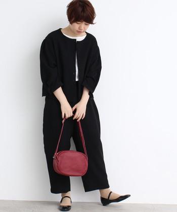 """深みのあるボルドーのバッグは、黒を基調としたシックなコーディネートに""""秋らしさ""""をプラスしてくれます。シンプルなデザインならパンツにもスカートにも合わせやすいので、これからの季節にぜひおすすめですよ。"""