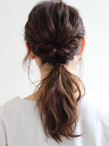 先ほどのハーフアップアレンジの一つ結びバージョンです。違いは、二度目のくるりんぱの前にねじりを加えることで、ボリュームがアップします。仕上げにサイドの前髪を少し巻いてあげると清潔できちんとした印象に。